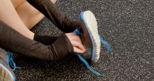 Vrouw die schoen in een geschiktheidsstudio 4k dragen stock video