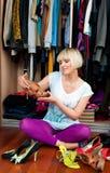 Vrouw die schoenen probeert Stock Foto