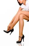 Vrouw die schoenen verwijdert stock afbeelding