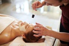 Vrouw die Schoonheids van Behandelingen in KUUROORD genieten royalty-vrije stock afbeeldingen