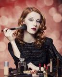 Vrouw die schoonheidsmiddelen toepassen royalty-vrije stock afbeelding