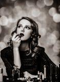 Vrouw die schoonheidsmiddelen toepast royalty-vrije stock foto