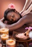 Vrouw die schoudermassage ontvangen bij kuuroord Royalty-vrije Stock Foto's