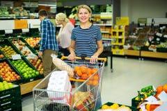 Vrouw die seizoengebonden vruchten kiezen Royalty-vrije Stock Foto