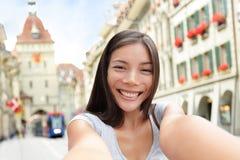 Vrouw die selfie in Bern Switzerland nemen Stock Foto's