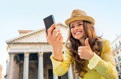 Vrouw die selfie en duimen in Rome tonen maken Royalty-vrije Stock Afbeeldingen