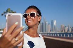 Vrouw die selfie nemen royalty-vrije stock afbeeldingen