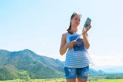 Vrouw die selfie op mobiele telefoon nemen Royalty-vrije Stock Foto's