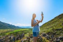 Vrouw die selfie op mobiele telefoon nemen Royalty-vrije Stock Afbeelding