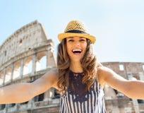 Vrouw die selfie voor colosseum in Rome maken Stock Afbeeldingen