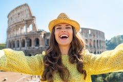 Vrouw die selfie voor colosseum in Rome maken Royalty-vrije Stock Foto's