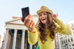Vrouw die selfie voor pantheon in Rome maken Stock Afbeeldingen