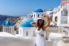 Vrouw die selfies in Oia, Santorini, Griekenland nemen royalty-vrije stock foto's