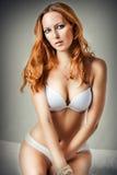 Vrouw die sexy witte lingerie dragen Royalty-vrije Stock Afbeeldingen