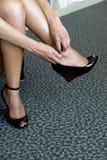 Vrouw die sexy zwarte schoenen aantrekt Royalty-vrije Stock Afbeelding