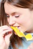 Vrouw die sinaasappel eet Stock Foto's