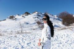 Vrouw die Ski Goggles op Sneeuw Behandelde Berg dragen royalty-vrije stock foto