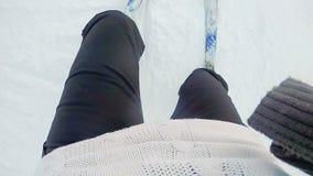 Vrouw die ski in langzame motie doen Nadruk op vrouwenbenen met actiecamera stock video