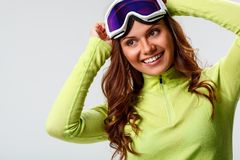 Vrouw die skibeschermende brillen dragen Stock Foto's