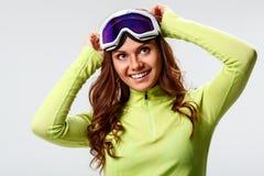 Vrouw die skibeschermende brillen dragen Stock Afbeeldingen