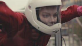 Vrouw die skydiver in windtunnel vliegen Binnen skydiving windtunnel stock videobeelden