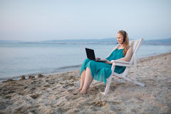 Vrouw die skype bij het strand spreekt Royalty-vrije Stock Foto