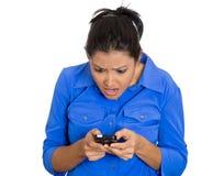 Vrouw die slecht nieuws lezen Stock Fotografie