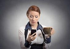 Vrouw die slecht nieuws op smartphone het drinken koffie lezen Stock Foto's