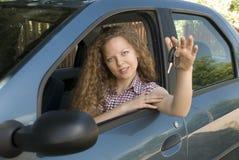 Vrouw die sleutels aanbiedt aan haar nieuwe auto Royalty-vrije Stock Afbeelding