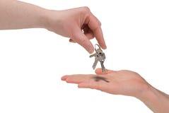 Vrouw die sleutels overhandigt royalty-vrije stock afbeeldingen