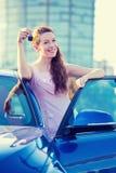 Vrouw die sleutels van nieuwe auto tonen Stock Foto