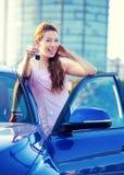 Vrouw die sleutels van nieuwe auto tonen Stock Foto's