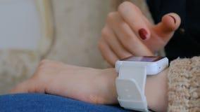 Vrouw die slim horloge thuis met behulp van stock videobeelden