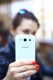 Vrouw die slimme mobiele telefoon met behulp van stock foto's
