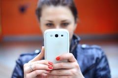 Vrouw die slimme mobiele telefoon met behulp van royalty-vrije stock fotografie