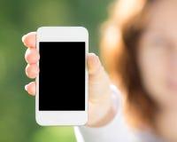 Vrouw die slimme telefoon houden stock fotografie