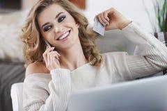 Vrouw die Slimme Telefoon met behulp van Stock Foto