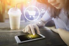 Vrouw die Slimme Telefoon met behulp van Online het winkelen concept royalty-vrije stock foto's