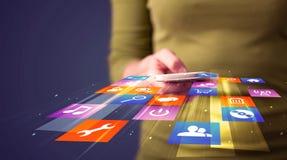 Vrouw die slimme telefoon met kleurrijke toepassingspictogrammen houden stock foto
