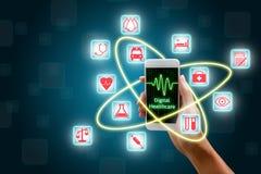 Vrouw die smartphone, Digitaal gezondheidszorgconcept gebruiken Royalty-vrije Stock Foto's