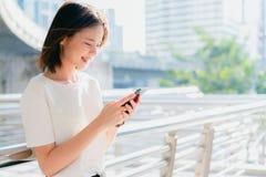 Vrouw die smartphone gebruiken, tijdens vrije tijd Het concept het gebruiken van de telefoon is essentieel in het dagelijkse leve royalty-vrije stock afbeelding