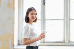 Vrouw die smartphone gebruiken, tijdens vrije tijd Het concept het gebruiken van de telefoon is essentieel in het dagelijkse leve royalty-vrije stock foto