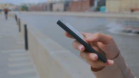 Vrouw die smartphone gebruikt stock footage