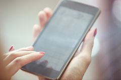 Vrouw die smartphone gebruikt Stock Foto's