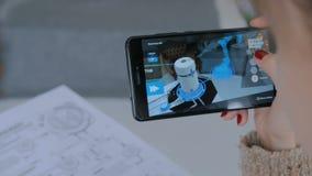 Vrouw die smartphone met vergrote werkelijkheid app gebruiken