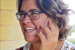 Vrouw die smartphone, spontaan portret in openlucht gebruiken stock foto