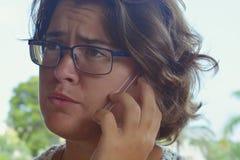 Vrouw die smartphone, spontaan portret in openlucht gebruiken stock foto's