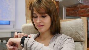 Vrouw die Smartwatch voor het Doorbladeren, E-mail en Berichten gebruiken stock footage