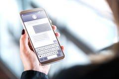 Vrouw die sms-bericht met mobiele telefoon verzenden stock foto's