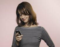 Vrouw die sms schrijft Royalty-vrije Stock Foto's